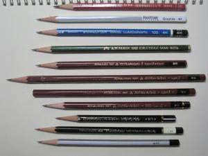 一番下が、何にも描いてない1ダース100円なりの鉛筆だ!真ん中の長いのは、鉛筆を反対側から使って、短くなったら、新しい鉛筆の切断面とくっつけて使うという、「貧乏鉛筆」だ。一本はまったく無駄なく使える!