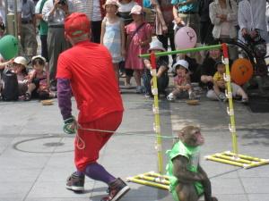 猿回しのおじさん。